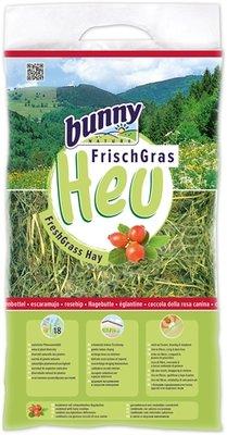 Bunny nature vers gras hooi met rozenbottel